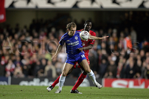 6 December 2005: Chelsea midfielder Arjen Robben is held off the ball by Mohamed Sissoko during the UEFA Champions League Group G match between Chelsea and Liverpool at Stamford Bridge. The match ended 0-0. Photo: Glyn Kirk/actionplus..051206 soccer football man men male footballer player tackle tackling challenge compete competing