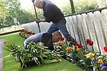"""Foto: VidiPhoto<br /> <br /> RHENEN – Bloembollenkweker JUB Holland uit Noordwijkerhout is woensdag de 'held' van De Grebbeberg. Nadat hij het nieuws hoorde dat noodweer de helft van de -inmiddels geruimde- 10.000 tulpen bij de graven op het militaire Ereveld had verwoest, schonk hij spontaan enkele duizenden nieuwe exemplaren. Precies op tijd om ze nog in de grond te zetten. Medewerkers van de Oorlogsgravenstichting (OGS) waren daar woensdag tot laat in de middag mee bezig. Vrijdag moeten tulpen volop in bloei staan. Kweker Dolf Uittenbogaard van JUB: """"Deze jongens hebben hun leven gegeven in de strijd tegen Duitse bezetter."""" Beheerder Charles Willemsen zegt """"dolblij te zijn met dit fantastische initiatief. Anders had het Ereveld er vrijdag een stuk minder representatief uitgezien.""""Met de nieuwe voorjaarsbloeiers is de nationale driekleur bij elk graf toch weer hersteld: oranje en rode tulpen, witte zerk en blauwe viooltjes. Komende vrijdag wonen prinses Margriet en mr. Pieter van Vollenhoven de nationale herdenking in Rhenen bij. Militair Ereveld de Grebbeberg is de eerste oorlogsbegraafplaats van Nederland. Regelmatig worden er militairen uit de Tweede Wereldoorlog herbegraven die elders in Nederland zijn gesneuveld en in familiegraven lagen begraven. Het ereveld telt nu ruim 850 graven. Sinds 1946 doet deze begraafplaats dienst als een van de drie nationale herdenkingsplekken."""