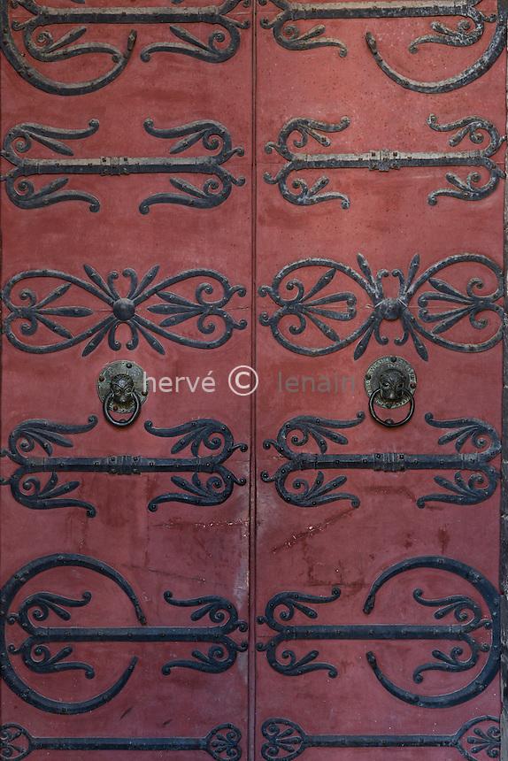 France, Allier (03), Ébreuil, église Saint-Léger d'Ébreuil, ferronnerie et heurtoirs de la porte principale // France, Allier, Ebreuil, Saint Leger d'Ebreuil church, ironwork and knocker of the main door