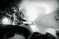 Seringueira sangra látex após o corte.<br /> Sebastião Teixeira Mendes, primo de Chico Mendes,  trabalha na defumação do látex extraído da  seringueira durante a madrugada.<br /> Seringal Cachoeira, Xapurí, Acre, Brasil.<br /> Foto: ©Paulo Santos<br /> 1999