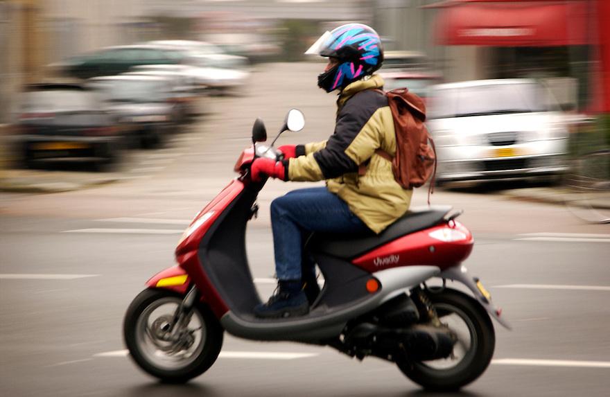 Nederland, Nieuwegein, 8 dec 2004.Scooters, brommer in woonwijk zorgen voor veel geluidsoverlast..Lawaai, stank, overlast, milieu. jongeren, jongens.Foto (c) Michiel Wijnbergh