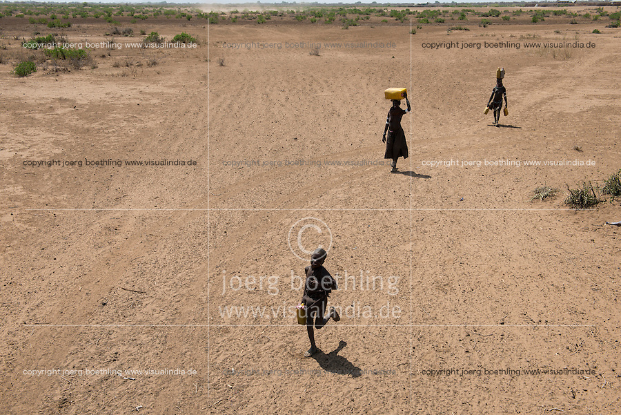 ETHIOPIA, Southern Nations, Lower Omo valley, Kangaten, village Kakuta, Nyangatom tribe, women carry water over long distances / AETHIOPIEN, Omo Tal, Kangaten, Dorf Kakuta, Nyangatom Hirtenvolk, Frauen holen Wasser ueber lange Entfernungen