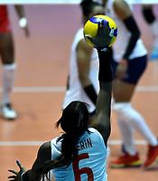 BOGOTÁ-COLOMBIA, 08-01-2020: Valerin Carabalí de Colombia, sirve el balón durante partido entre Perú y Colombia en el Preolímpico Suramericano de Voleibol, clasificatorio a los Juegos Olímpicos Tokio 2020, jugado en el Coliseo del Salitre en la ciudad de Bogotá del 7 al 9 de enero de 2020. / Valerin Carabali from Colombia, serves during the ball during a match between Peru and Colombia, in the South American Volleyball Pre-Olympic Championship, qualifier for the Tokyo 2020 Olympic Games, played in the Colosseum El Salitre in Bogota city, from January 7 to 9, 2020. Photo: VizzorImage / Luis Ramírez / Staff.