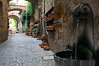 Italien, Umbrien, Orvieto: Altstadtgasse mit kleinem Brunnen | Italy, Umbria, Orvieto: old town lane with small fountain