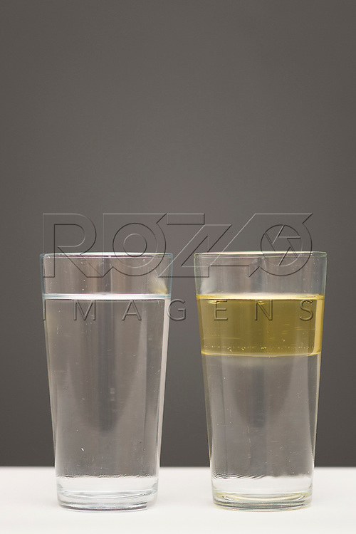 Experiência com um copo contendo água e sal e o outro contendo água e óleo, São Paulo - SP, 12/2017.
