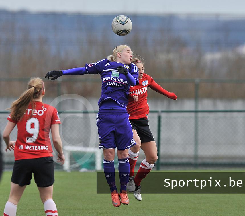 RSC Anderlecht Dames - PSV / FC Eindhoven : Stephanie Van Gils in een kopduel met Marlou Kelleners.foto David Catry / Vrouwenteam.be