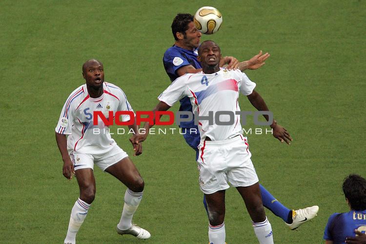 FIFA WM 2006 -  Final - Finale<br /> Play    #64  (09. Juli ) Italien - Frankreich<br /> <br /> Marco Materazzi (Mitte) von Italien k&ouml;pft das Tor zum 1:1.<br /> Patrick Vieira (rechts) von Frankreich kommt zu sp&auml;t.<br /> <br /> Foto &copy; nordphoto