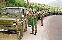 Ein Konvoi mit russischen KFOR-Soldaten faehrt in Richtung Kosovo, um in der deutschen KFOR-Zone stationiert zu werden.<br /> Hier: Das Fuehrungsfahrzeug hat keinen Treibstoff mehr, daher Stop des ganzen Konvois.<br /> Landstra&szlig;e Skopje-Blace/Mazedonien, 30.7.1999<br /> Copyright: Christian-Ditsch.de<br /> [Inhaltsveraendernde Manipulation des Fotos nur nach ausdruecklicher Genehmigung des Fotografen. Vereinbarungen ueber Abtretung von Persoenlichkeitsrechten/Model Release der abgebildeten Person/Personen liegen nicht vor. NO MODEL RELEASE! Don't publish without copyright Christian-Ditsch.de, Veroeffentlichung nur mit Fotografennennung, sowie gegen Honorar, MwSt. und Beleg. Konto: I N G - D i B a, IBAN DE58500105175400192269, BIC INGDDEFFXXX, Kontakt: post@christian-ditsch.de<br /> Urhebervermerk wird gemaess Paragraph 13 UHG verlangt.]