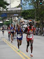 FOTO EMBARGADA PARA VEICULOS INTERNACIONAIS. SAO PAULO, SP, 31 DEZEMBRO 2012 - 88 CORRIDA INTERNACIONAL DE SAO SILVESTRE - Atletas na disputa da 88ª Corrida Internacional de São Silvestre, na região central de São Paulo, na manhã desta segunda-feira (31). FOTO: MAURICIO CAMARGO / BRAZIL PHOTO PRESS).