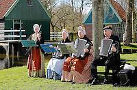 Enkhuizen.  Klederdrachtfestival in het Zuiderzeemuseum. Live muziek bij de Dansgroep Wijdenes. De muzikanten dragen West-friese klederdracht