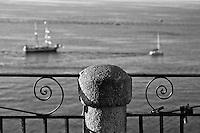 """Tropea B-Side - 2012. Tropea è un comune italiano di 6.680 abitanti della provincia di Vibo Valentia in Calabria, tra i più piccoli Comuni d'Italia. Tropea si divide in due parti: la parte superiore, la città, dove si trova la maggior parte degli abitanti: si presenta costruita su una roccia a picco sul mare ad un'altezza di circa 50 metri, dal livello del mare, nel punto più basso e di 61 metri nel punto più alto.; una parte inferiore chiamata """"La marina"""" che si trova a ridosso del mare e del porto di Tropea. La storia di Tropea inizia in epoca romana quando lungo la costa Sesto Pompeo sconfisse Cesare Ottaviano. A sud di Tropea i Romani avevano costruito un porto commerciale, vicino S.Domenica, a Formicoli (cioè corruzione di Foro di Ercole), di cui parlano Plinio e Strabone. La leggenda vuole che il fondatore sia stato Ercole che, di ritorno dalla Spagna (Colonne d'Ercole), si fermò sulla Costa degli Dei e secondo questa leggenda, Tropea divenne uno dei Porti di Ercole. Per la sua caratteristica posizione di terrazzo sul mare, Tropea ebbe un ruolo importante, sia in epoca romana sia sotto i Normanni e gli Aragonesi. Di notevole interesse il centro storico, con i palazzi nobiliari del '700 e dell''800 arroccati sulla rupe a strapiombo con la spiaggia sottostante. Interessanti sono i """"portali"""" dei palazzi che rappresentavano le famiglie nobiliari. I negozi di Tropea vendono prodotti tipici e artigianali dei comuni limitrofi, tra cui la cipolla rossa, la nduja di Spilinga, il formaggio Pecorino del Poro, l'olio extravergine d'oliva e vini. Di notevole importanza anche l'artigianato locale, come i manufatti in terracotta. Tropea è dotata di un porto turistico di recente costruzione, da dove è possibile raggiungere le vicine Isole Eolie in particolare il vulcano Stromboli, quasi sempre visibile dalla costa calabrese tirrenica meridionale. (fonte Wikipedia)"""