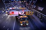 UTRECHT - In Utrecht filmt een medewerker van bouwcombinatie Ippel-Jansen Venneboer staande op de val, het nachtelijke transport door de Utrechtse straten van onderdelen van de nieuwe Rode Brug. In opdracht van de gemeente zijn het wegdek en deze balans van de Rode Brug maandagavond vanaf de Industriehaven op Lage Weide, naar de Marnixbrug getransporteerd waar de val(wegdek) op een ponton is gezet en de balans per vrachtwagen is doorgereden. De nieuwe door bouwcombinatie Ippel-Jansen Venneboer gebouwde brug vervangt de uit 1890 daterende Rode Brug over de Vecht, en wordt niet alleen breder maar ook moderner vormgegeven. Om het verkeer niet teveel te hinderen zijn de 40 ton zware val en de 100 ton zware rode balans 's avonds vervoerd waarbij diverse lantaarnpalen en verkeerslichten even verwijderd moesten worden om het tien meter brede transport mogelijk te maken. De opbouw van de brug is dinsdag begonnen. COPYRIGHT TON BORSBOOM