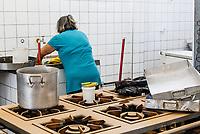 SÃO CAETANO DO SUL, SP, 12.03.2019: CHUVA-SP - Após enchente, voluntários e funcionários da Escola Estadual Edgar Alves da Cunha, em São Caetano do Sul, fazem limpeza das salas de aula. Água também invadiu a cozinha e destruiu alimentos da merenda, que haviam sido entregues na última sexta-feira. (Foto: Carla Carniel/Código19)
