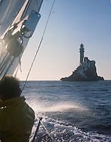 A bord de Pénélope II, une des premières victoires française au championnat du RORC. Le phare du Fastnet.
