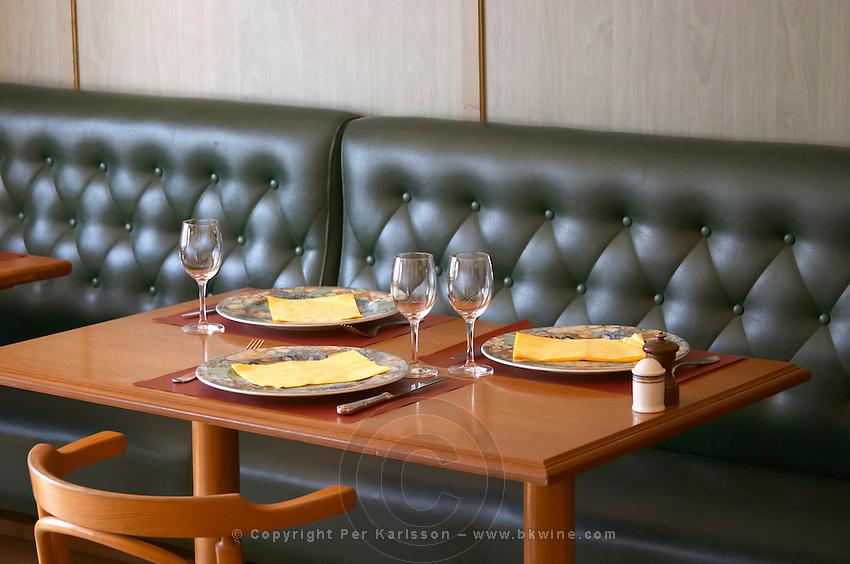restaurant table bistrot a vin ampuis rhone france