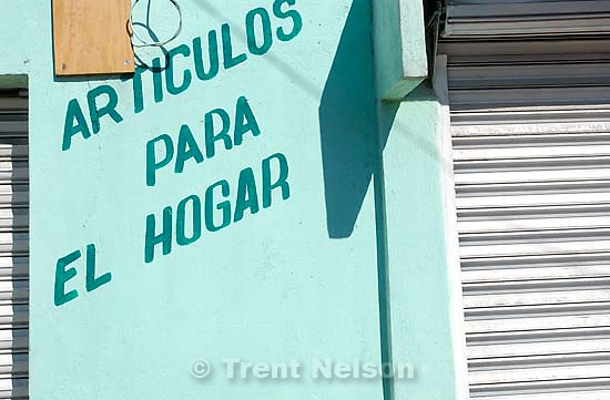 street scenes, tiles, shot from the car in Tulancingo; 12.04.2004<br />