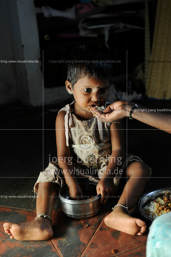 INDIA Tamil Nadu Dindigul, small child eating food / INDIEN Tamil Nadu, Dindigul , Kleinkind beim Essen