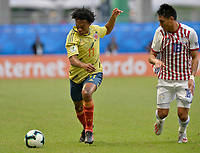 SALVADOR – BRASIL, 23-06-2019:Juan Cuadrado de Colombia disputa el balón con Santiago Arzamedia de Paraguay durante partido de la Copa América Brasil 2019, grupo B, entre Colombia y Paraguay jugado en el Arena Fonte Nova de Salvador, Brasil. /Juan Cuadrado of Colombia vies for the ball with Santiago Arzamedia of Paraguay during the Copa America Brazil 2019 group B match between Colombia and Paraguay played at Fonte Nova Arena in Salvador, Brazil. Photos: VizzorImage / Julian Medina / Cont /