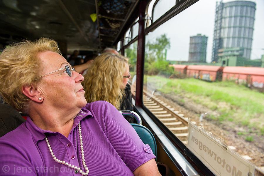 Passengers watching the cokery Prosper passing by. | Fahrgäste sehen in der Vorbeifahrt die Kokerei Prosper.