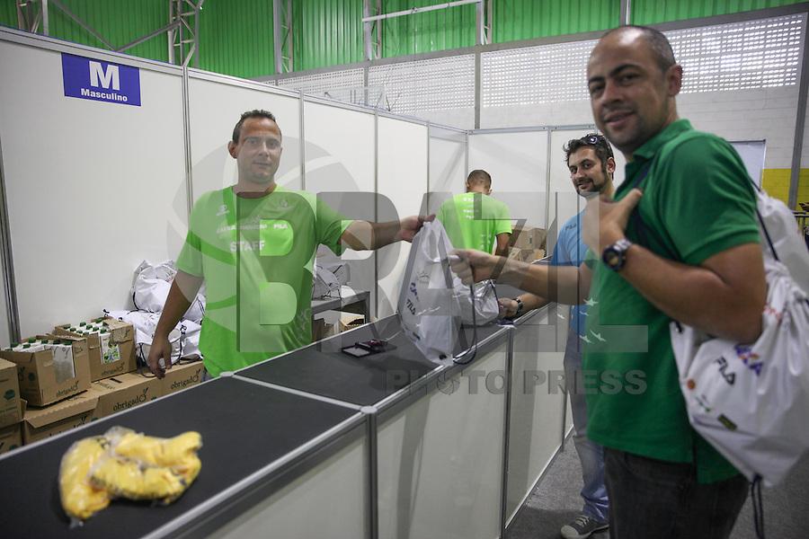 SAO PAULO, SP, 15.05.2015 - MARATONA-SP - Atletas retiram os seus números para a Maratona Internacional de São Paulo, no ginásio do Ibirapuera, zona sul de São Paulo. (Foto: Douglas Pingituro / Brazil Photo Press)