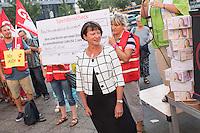 Protest der Gewerkschaft fuer Erziehung und Wissenschaft, GEW-Berlin fuer eine bessere Bezahlung von Erzieherinnen und Erziehern sowie Sozialpaedagoginnen und Sozialpaedagogen vor der Senatsbildungsverwaltung am Dienstag, 13. September 2016.<br /> Die Einkommen der Protestierende sind nach GEW-Aussagen bis zu 423,- Euro niedriger als die ihrer Kollegen in anderen Bundeslaendern. Dagegen Protestierte die Gewerkschaft und forderte die Senatsbildungsverwaltung auf, sich in den Koalitionsverhandlungen nach der Abgeordnetenhauswahl im September 2016 fuer eine gerechte Entlohnung einzutreten.<br /> Im Bild: Sigrid Klebba, Staatssekretaerin für Jugend und Familie betrachtet einen Stapel Kartons mit Unterschriften, mit denen eine gerechte Bezahlung gefordert wird. Klebba ist statt der Senatorin Scheeres zu den Protestierenden gekommen.<br /> 13.9.2016, Berlin<br /> Copyright: Christian-Ditsch.de<br /> [Inhaltsveraendernde Manipulation des Fotos nur nach ausdruecklicher Genehmigung des Fotografen. Vereinbarungen ueber Abtretung von Persoenlichkeitsrechten/Model Release der abgebildeten Person/Personen liegen nicht vor. NO MODEL RELEASE! Nur fuer Redaktionelle Zwecke. Don't publish without copyright Christian-Ditsch.de, Veroeffentlichung nur mit Fotografennennung, sowie gegen Honorar, MwSt. und Beleg. Konto: I N G - D i B a, IBAN DE58500105175400192269, BIC INGDDEFFXXX, Kontakt: post@christian-ditsch.de<br /> Bei der Bearbeitung der Dateiinformationen darf die Urheberkennzeichnung in den EXIF- und  IPTC-Daten nicht entfernt werden, diese sind in digitalen Medien nach §95c UrhG rechtlich geschuetzt. Der Urhebervermerk wird gemaess §13 UrhG verlangt.]