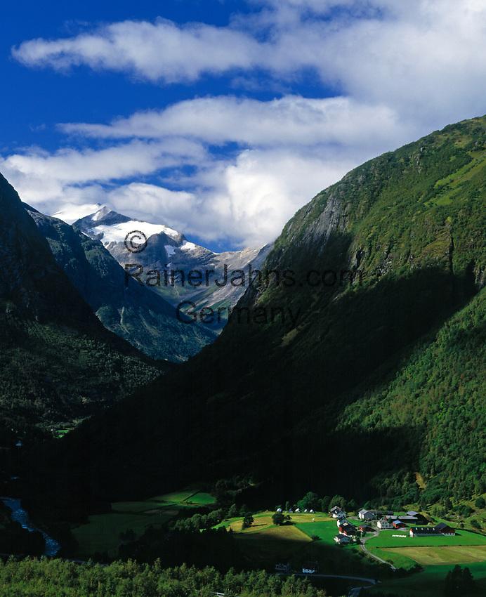 Norwegen, Sogn og Fjordane, Dorf Skare (Kommune Stryn) und Gletscher Skalabreen, Teil des Gletschers Jostedalsbreen | Norway, Sogn og Fjordane, village Skare (community Stryn) and glacier Skalabreen, part of glacier Jostedalsbreen