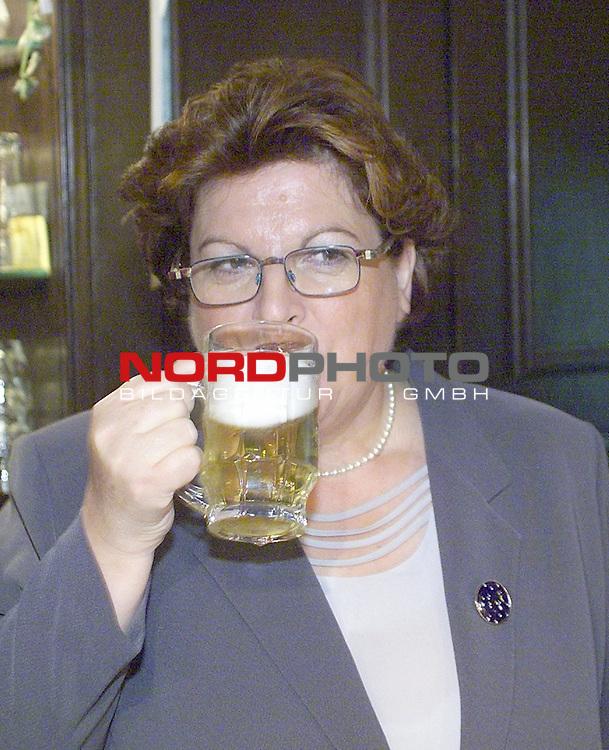 Muenchen, DEU, 23.01.2001<br /> Bayerns Sozialministerin Barbara Stamm ist zurueckgetreten. Die CSU Politikerin soll bereits vor zwei Jahren ueber illegal verkaufte Antibiotika fuer die Schweinepest informiert worden sein. Zuvor war Stamm in der BSE-Krise schwer unter Beschuss  geraten.<br />  Barbara Stamm galt als die bodenbestaendige Fraenkin als Vorzeigefrau im Kabinett von Edmund Steuber (CSU). Seit 1994 Chefin im Sozial- und Gesundheitsressort, sowie Frauenbeauftragte und stellv. Ministerpraesidentin<br /> <br /> [Foto ģ nordphoto -  Foto ist honorarpflichtig! zzgl. gesetzl. MwSt. Belegexemplar erforderlich <br /> Bankverbindung: Kreissparkasse Diepholz; Konto Nr. 7419 / BLZ 25651325 Telefon: 04441-89400 / Fax: 04441-894022<br />  http://www.nordphoto.de / info @ nordphoto.de]