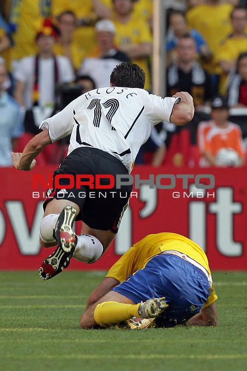 FIFA WM 2006 -  Round of Sixteen - / Viertelfinale <br /> Play    #49 (24-Jun) - Deutschland - Schweden<br /> <br /> Miroslav Klose war teilweise nur durch Fouls zu stoppen, hier von Henrik Larsson<br /> <br /> Foto &copy; nordphoto