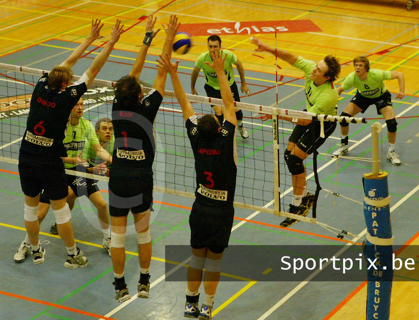 Volley Menen - Knack Randstad Roeselare : Lander Vandecaveye met de smash tegen het roeselaarse blok van Sam Deroo (links) , Tije Vlam (midden) en Frank Depestele (rechts).foto VDB / BART VANDENBROUCKE