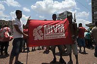 SÃO PAULO, SP, 30.10.2014 - Moradores da ocupação Vila Maria, caminharam até a prefeitura de São Paulo, para exigir do prefeito Haddad, assinatura que transforma o terreno ocupado em área de interesse social. nesse inicio da tarde de quinta-feira 30 ( Gabriel Soares / Brazil Photo Press)