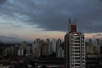 SAO PAULO, SP, 22 DE JANEIRO 2013 - CLIMA TEMPO - Amanhecer no bairro Vila Santa Catarina na regiao sul da cidade de Sao Paulo nesta terca-feira, 22 - FOTO MILENE CARDOSO - BRAZIL PHOTO PRESS