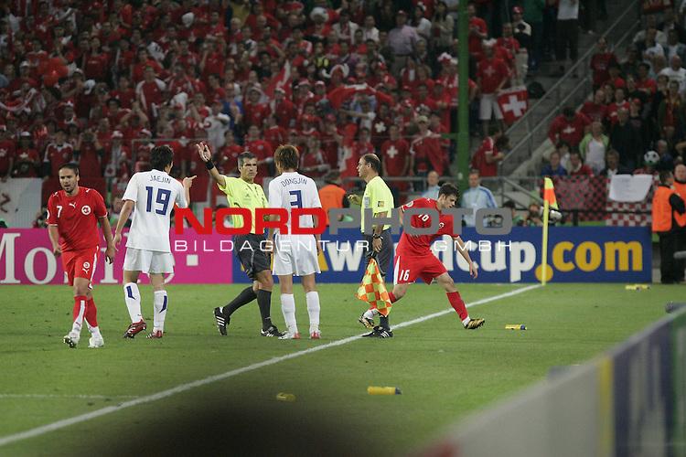 FIFA WM 2006 - Gruppe G ( Groupe G )<br /> Play  #46 (23-Jun) - Schweiz vs Suedkorea in Hannover<br /> Protest der Koera Spieler beim Schiri und Linienrichter nach 2-0<br /> <br /> <br /> Foto &copy; nordphoto <br /> <br />  *** Local Caption ***