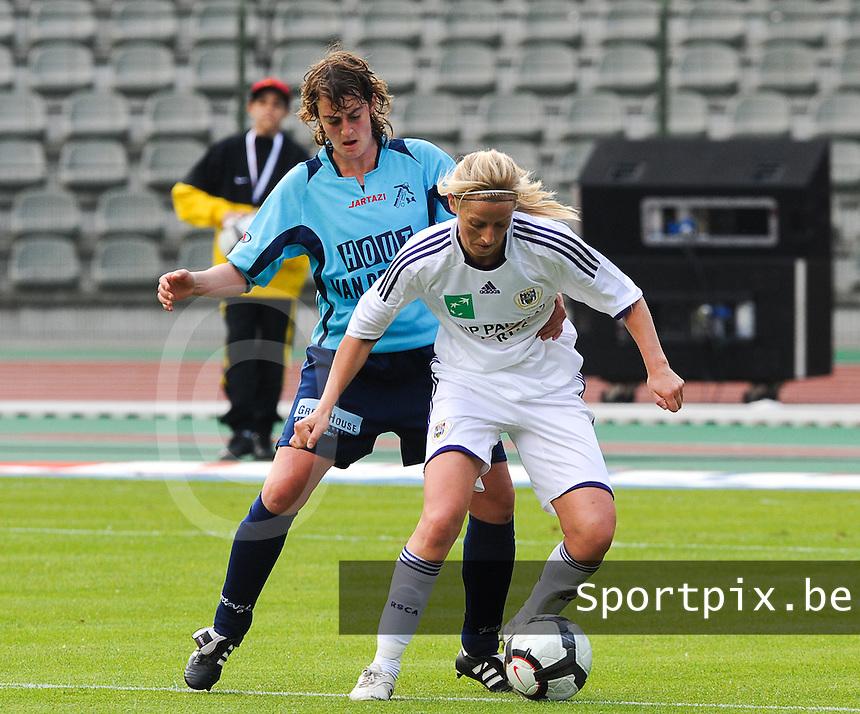 15 Mei 2010 Bekerfinale vrouwen : Sinaai Girls - RSC Anderlecht  : Marijke Callebaut aan de bal voor Sofie Lefebvre.foto DAVID CATRY / Vrouwenteam.be