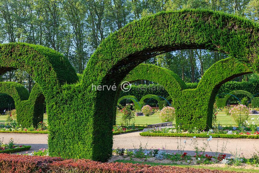 France, Cher (18), Bourges, le Jardin des Prés-Fichaux de style Art Déco, arches d'ifs taillés // France, Cher, Bourges, Pres Fichaux garden Art Deco, arches yew