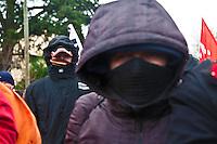 manifestation pour le travail die giovani manifestanti con sciarpe e cappuccio