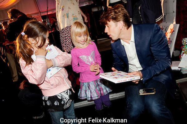 Utrecht, 26 september 2010.Nederlands Film Festival.Boekpresentatie  Alle Dagen Feest van Ate de Jong.Waldemar Torenstra signeert voor kinderen.Foto Felix Kalkman