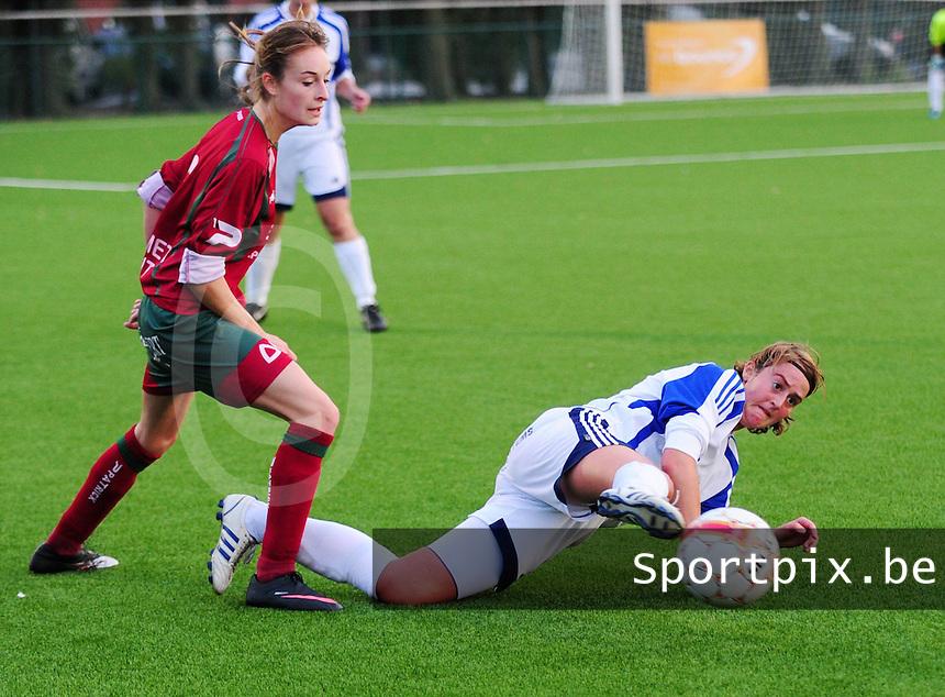 VV Rassing Harelbeke : Sofie Lefebvre aan de bal voor Tessa Wullaert van Zulte Waregem.foto DAVID CATRY / VDB / Bart Vandenbroucke