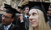 Absolventen der Handelshochschule Leipzig HHL feiern an der Thomaskirche ihr Diplom mit dem englischen Brauch des Hochwerfens der gradiuertenhüte.  Foto: Norman Rembarz