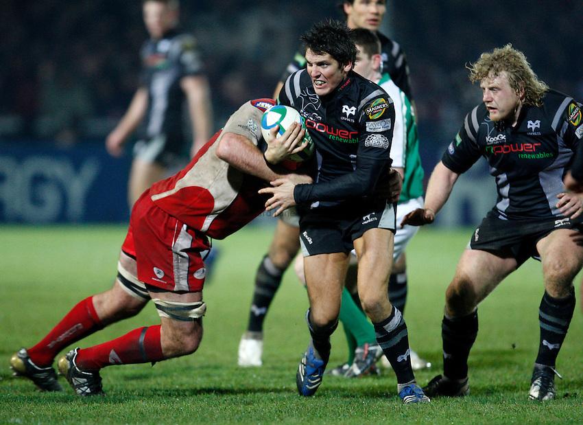 Photo: Richard Lane/Richard Lane Photography..Gloucester Rugby v Ospreys. Heineken Cup. 16/11/2007. .Ospreys' James Hook attacks.