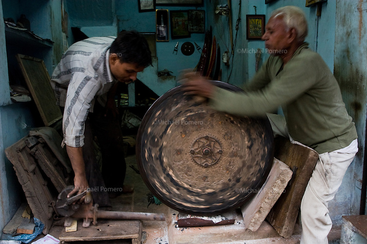 23.11.2010 Bundi (Rajasthan)<br /> <br /> Men repairing old weel.<br /> <br /> Hommes réparant une vieille roue.