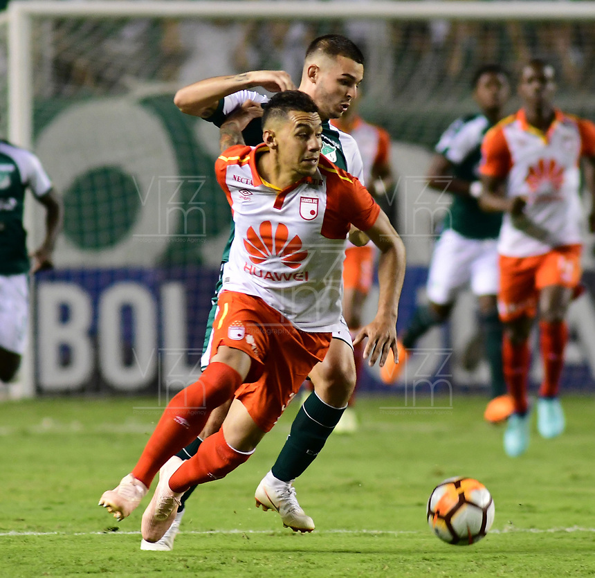 CALI -COLOMBIA ,30-10-2018:Nicolas Benedetti  (Der.) jugador del Deportivo Cali  de Colombia disputa el balón con Yeison Gordillo (Izq.) jugador  del Independiente Santa Fe  de Colombia durante partido por los cuartos de final vuelta  de La Copa Conmebol Sudamericana 2018,jugado en el estadio Deportivo Cali  de la ciudad de Palmaseca./ Nicolas Benedetti (R) Player of Deportivo Cali of Colombia disputes the ball with Yeison Gordillo (Left) player of Independiente Santa Fe  of Colombia during second game for the quarter finals of the Conmebol Sudamericana Cup  2018, played at the Deportivo Cali  stadium in Palmaseca  city. Photo: VizzorImage/ Nelson Rios  / Contribuidor