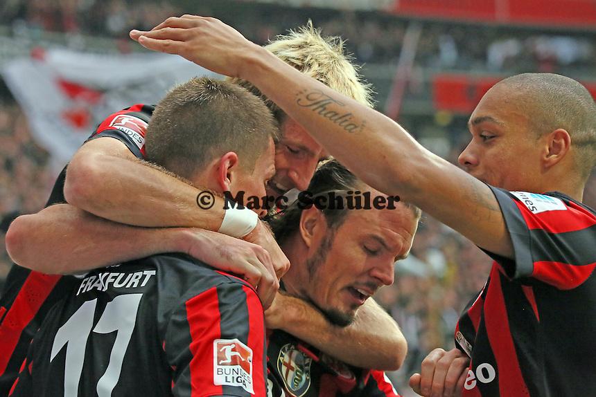 Torjubel um Alexander Madlung (Eintracht) beim 4:3 mit Stefan Aigner,Bamba Anderson und Alex Meier - Eintracht Frankfurt vs. VfB Stuttgart, Commerzbank Arena