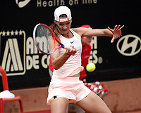 BOGOTÁ -COLOMBIA, 13-04-2018:Emiliana Arango de Colombia le ganó a la italiana Jasmine Paolini y clasificó a los cuartos de final ,durante el Claro Open Colsánitas WTA  international event que se juega en El Club Los Lagartos al norte de la Capital ./ Emiliana Arango of Colomba won to Jasmine Paolini of Italy  , during the Claro Open Colsánitas WTA international event that is played at El Club Los Lagartos north of the Capital. Photo: VizzorImage/ Felipe Caicedo / Staff