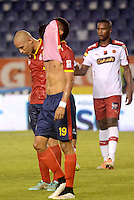 BARRANQUIILLA -COLOMBIA-18-04-2015. Mauro Manotas (C) y Yuberney Franco (Izq) jugadores de Uniauntónoma reaccionan después del encuentro con Independiente Medellin por la fecha 16 de la Liga Aguila I 2015 jugado en el estadio Metropolitano de la ciudad de Barranquilla./ Mauro Manotas (C) and Yuberney Franco (L) players of Uniautonoma react after the match against Independiente Medellin for the 16th date of the Aguila League I 2015 played at Metropolitano stadium in Barranquilla city.  Photo: VizzorImage/ Alfonso Cervantes /Cont