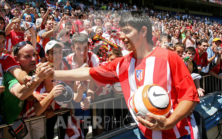 Atletico de Madrid's new player Sergio Aguero during his presentation at Vicente Calderon Stadium in Madrid. Monday, June 05, 2006. (ALTERPHOTOS / ALVARO HERNANDEZ)