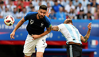 KAZAN - RUSIA, 30-06-2018: Olivier GIROUD (Izq) jugador de Francia disputa el balón con Nicolas OTAMENDI (Der) jugador de Argentina durante partido de octavos de final por la Copa Mundial de la FIFA Rusia 2018 jugado en el estadio Kazan Arena en Kazán, Rusia. / Olivier GIROUD (L) player of France fights the ball with Nicolas OTAMENDI (R) player of Argentina during match of the round of 16 for the FIFA World Cup Russia 2018 played at Kazan Arena stadium in Kazan, Russia. Photo: VizzorImage / Julian Medina / Cont