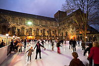 Great Britain, England, Hampshire, Winchester: Christmas Ice Skating Rink outside Winchester Cathedral | Grossbritannien, England, Hampshire, Winchester: Kunsteisbahn vor Winchester Cathedral zur Vorweihnachtszeit