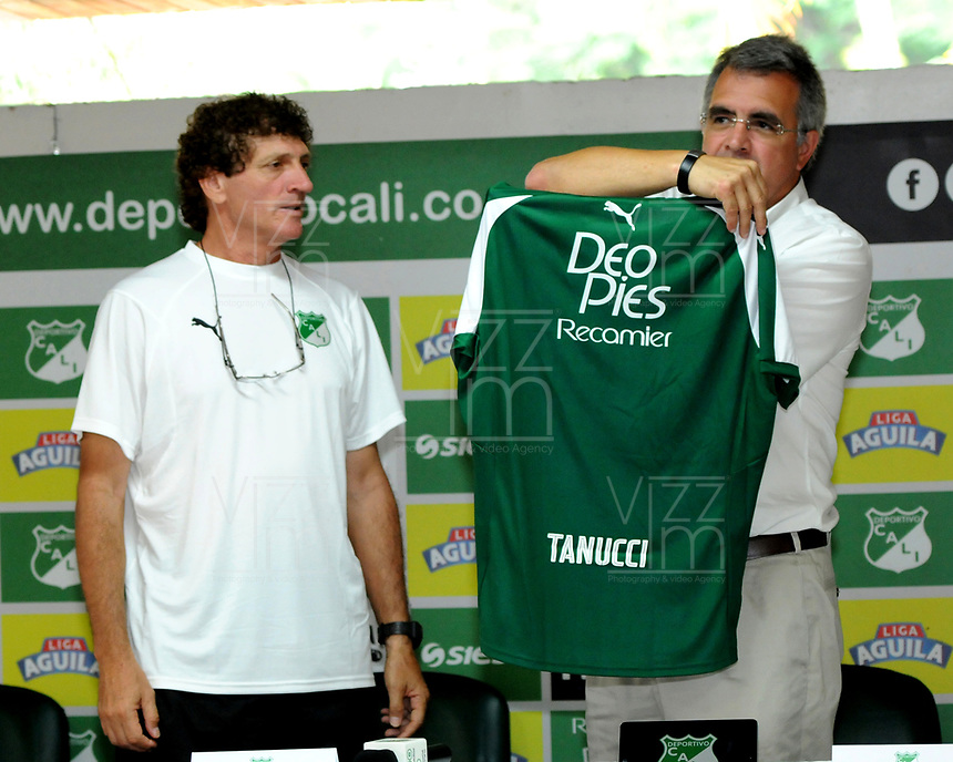CALI - COLOMBIA, 08-01-2019: Juan Fernando Mejía (Der.), Presidente y Rubén Tanucci (Izq.) asistente técnico del Deportivo Cali durante rueda de prensa después del entrenamiento previo a la Liga Águila I 2019 en la sede campestre del Club en Pance, Colombia. / Juan Fernando Mejía (R) President and Ruben Tanucci (L) technical assistant, of Deportivo Cali during press conference after training prior the Aguila League I 2019 at sporting headquarters in Pance, Colombia. Photo: VizzorImage/ Nelson Ríos / Cont.