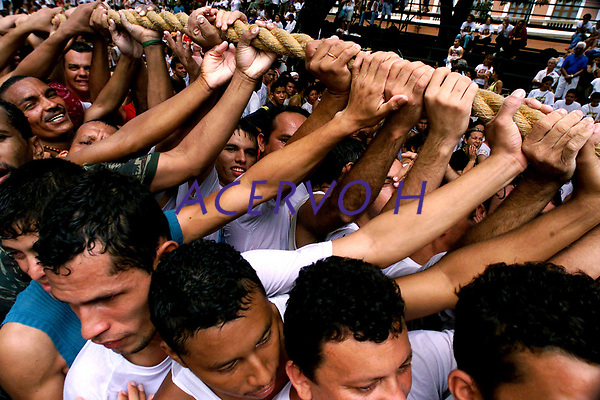 Promesseiros levantam a corda em homenagem a Nossa Senhora de Nazar&eacute;. O C&iacute;rio ocorre a mais de 200 anos em Bel&eacute;m e as estimativas s&atilde;o de que mais de 1.500.000 pessoas acompanhem a prociss&atilde;o.<br />Bel&eacute;m-Par&aacute;-Brasil<br />12/10/2003<br />&copy;Foto: Paulo Santos/Interfoto<br />Digital