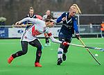 AMSTELVEEN -  Eva de Goede (A'dam) in duel met Daphne van der Vaart (Pin)  tijdens de hoofdklasse competitiewedstrijd dames, Pinoke-Amsterdam (3-4). COPYRIGHT KOEN SUYK